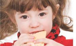 κοριτσάκι τρώει ψωμί