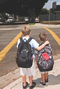 παιδιά πηγαίνουν σχολείο