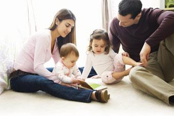 οικογένεια με νήπιο και μωρό