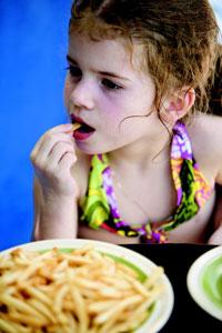 παιδί τρώει πατάτες