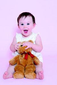μωρό με αρκουδάκι