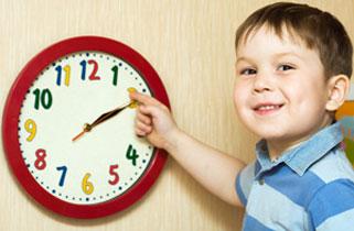 παιδί μαθαίνει την ώρα