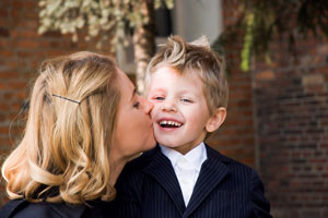 μαμά φιλάει τον γιό