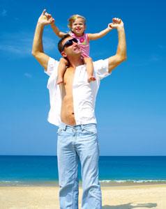 μπαμπάς και μωρό στους ώμους