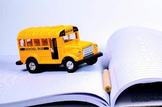 σχολικό λεωφορείο και τετράδιο