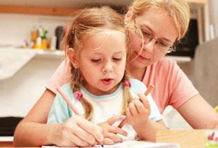 μαμά βοηθάει την κόρη να διαβάσει