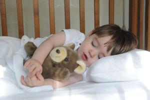 παιδί κοιμάται με αρκουδάκι