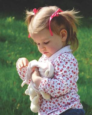 κοριτσάκι με κούκλα